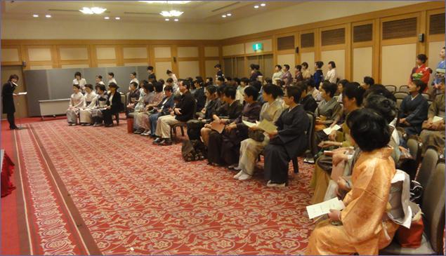 会場・3Fホールに集う横浜校生徒。 横浜校初代校長の大月学院長も参加いたしました。