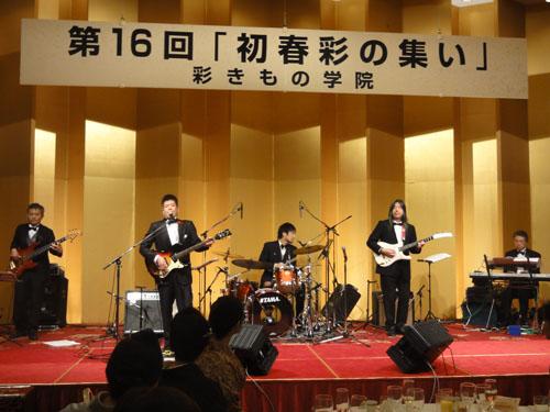 巧みなギターテクニックで迫力のサウンド!!「君といつまでも」「二人の銀座」などの往年のヒット曲を演奏。