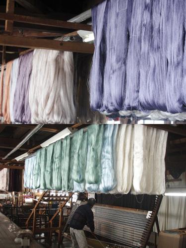 生糸は精練(表層を覆っているセリシンや爽雑物を取り除く)により、特有の感触と美しい光沢を持ちます。