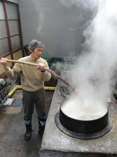 【 湯もみ(ゆもみ)】 織り上がった生地の汚れや糊を落とし、特有の「しぼ」を出す技法です。