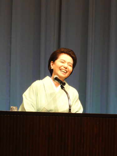京都の料亭・旅館の女将さんでお客様に恥をかかせぬよう控えめなきものを着ます。それはお客様へのおもてなしでもあるんですよ。 ―ご自身が出演したドラマ「京都迷宮案内」での経験談ヨリ。