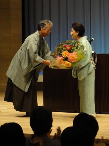木村理事長より花束の贈呈。