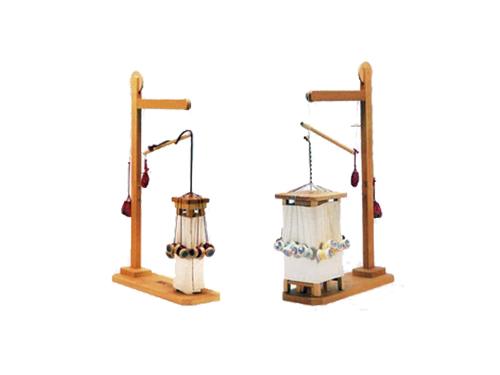 左:小角台(基本台)と呼ばれる型の組みひも台。この他に丸台・三角台・高台という組みひも台の形があります。  右:大角台