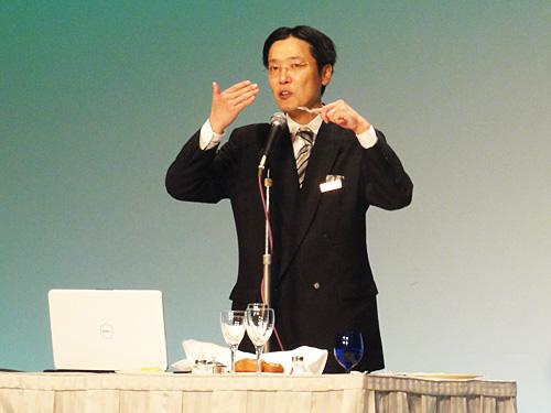 椿山荘・フォーシーズンズホテルのテーブルマナー担当講師・宮本さんによる丁寧な講習。