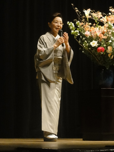本日の森田先生の装いは、ご自身のパーソナルカラーであるグレーの きものの装い。長野県産の※塩蔵(えんぞう)繭(まゆ)を用いた光沢のあるしなやかな風合い。