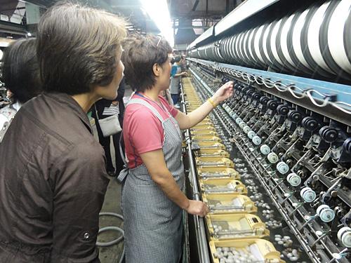 「操糸」 数個の繭よりほぐれた糸を抱き合わせて一本の生糸にします。