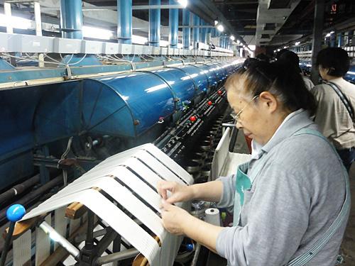 「揚返し」 小枠より大枠に巻き取る作業。繰糸で生じた生糸のふしなどを除去します。