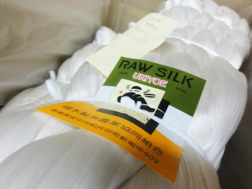 高品質な生糸の完成。 国産の繭にこだわり続けて製品開発をしています。