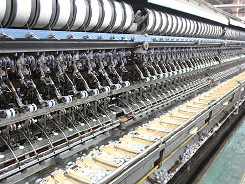 「自動繰糸機」 日産自動車製。これにより生糸生産の自動化が急速に普及。
