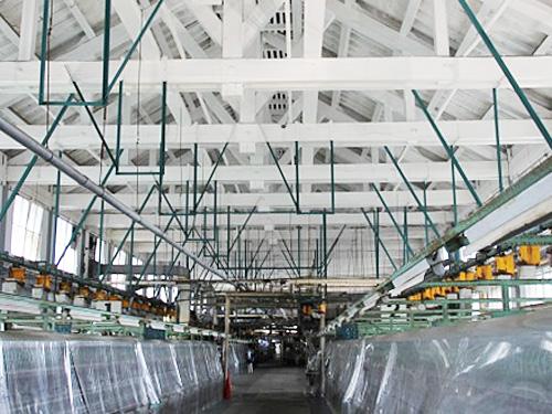 三角形のトラス構造は従来の日本にない建築工法。日光を取り入れるためガラス窓になっています。