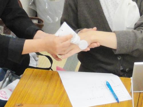 美容アドバイザーの大津先生と助手の落合良江さんが、大学生一人一人に丁寧にアドバイス。