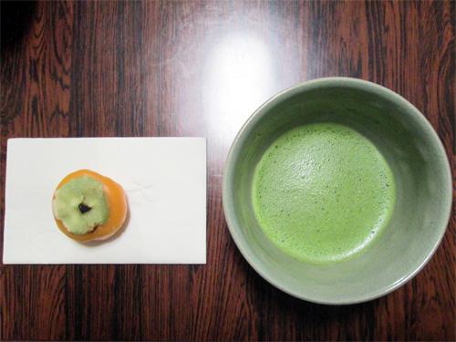 【 お菓子・茶碗 】 季節に合わせて用意し、茶席の様子と調和させます。