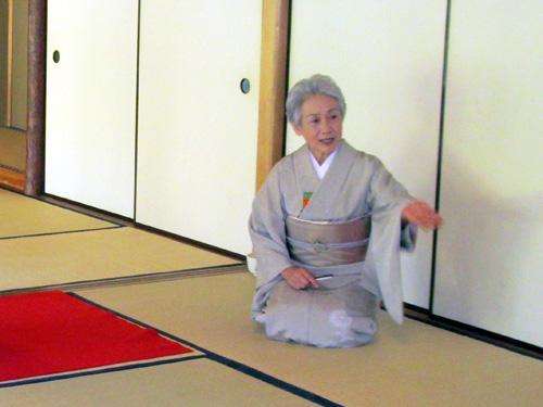 【 講師紹介 】<br />彩きもの学院横浜校講師でもある、裏千家・天野先生です。<br />