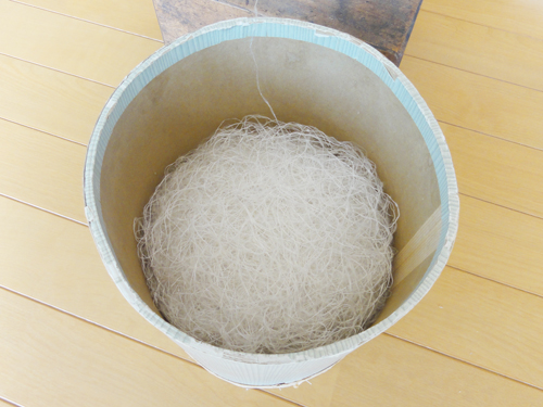 真綿から紡がれた糸。糸を切らせない繊細な技術がうかがえます。