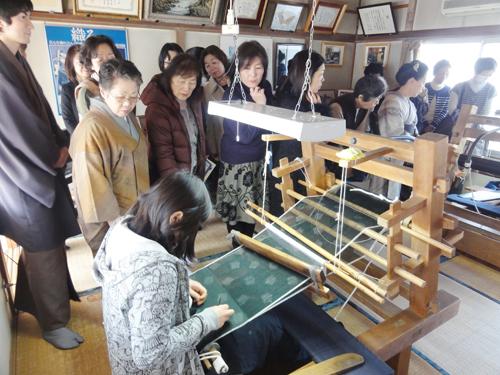 【地機織り】※緯糸(よこいと)の様子。 手紡ぎの糸の柔らかさに負担をかけずに丁寧に織り上げます。
