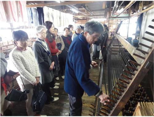 【手延べ】 本塩沢用の絹糸を機械・道具を 使わずに丁寧に延ばしていきます。