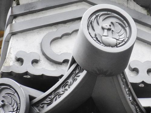 定紋 【 鳳凰丸 】 法隆寺の宝物「鳳凰円文螺鈿唐櫃(ほうおうえんもんらでんからびつ)」の文様が原形です。