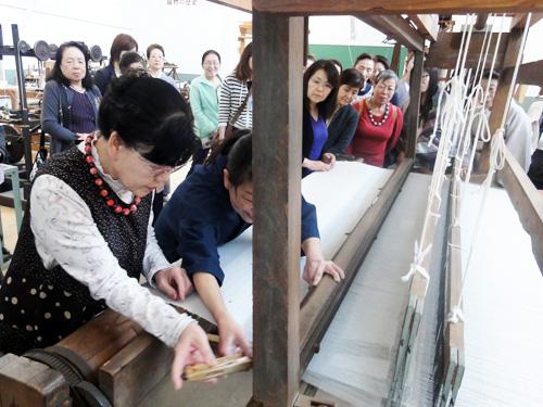 ・手織体験 桐生の織物の歴史を、直接触れて学ぶことができます。