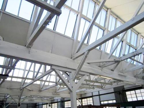 ・のこぎり屋根 音の光の対策。曇りガラスなのは高度な織物技術を守るための仕組み。