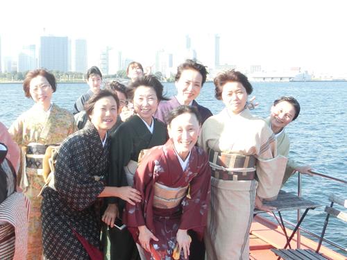 横浜港をバックに記念写真。