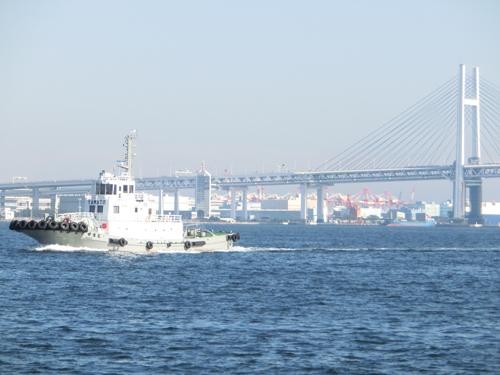 海上から横浜ベイブリッジを望む―
