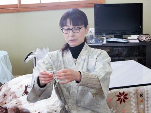 「苧績み(おうみ)」 水に浸してやわらかくした「苧麻」を爪で細く裂いて、撚りながら糸にします。
