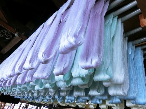 精練(表層を覆っているセリシンや爽雑物を取り除く)を行う事により、生糸が特有の感触と輝かしい光沢を持ちます。