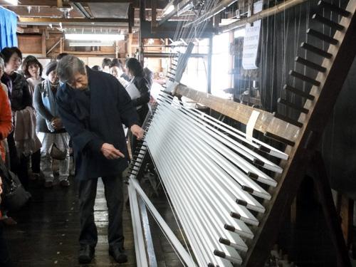 手延べの作業風景。 本塩沢用の絹糸を機械・道具を 使わずに丁寧に延ばしていきます。