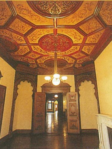 1階婦人客室天井はシルクの日本刺繍の布張りになっている。