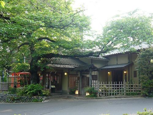 建物自体は明治8年以来のものが使用されています。過去、横山大観がオーナーだった事も。