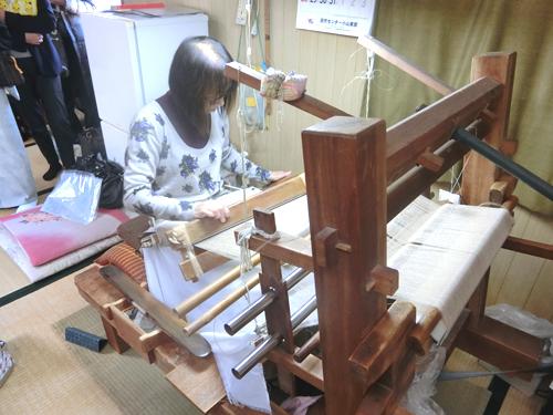 【地機織り】<br />結城紬は地機という最も原始的な機織り機で織り上げます。1500年もの間、今日まで変わることなく使われています。