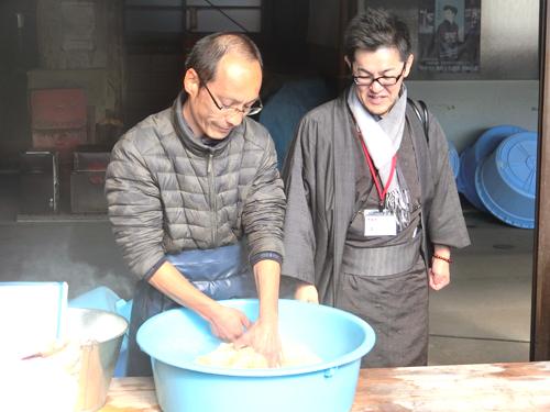 一反一反職人が指先で糊の量を把握し、湯通しを行います。