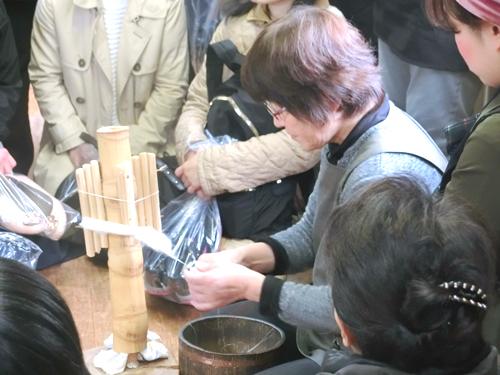 普通、糸は強い撚りをかけて丈夫に補強されているものですが、結城紬の糸は世界に類を見ない無撚糸です。この糸を扱う技術は数年かけての修行が必要です。