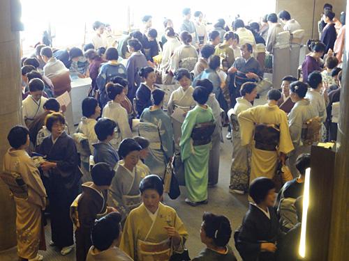 着物を着た生徒で混み合うロビーの様子。